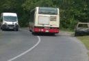 Autobus linky 105 objíždí vrak přes plnou čáru
