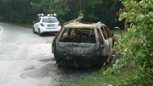 Ohořelý autovrak ve Slavínského ulici