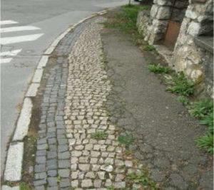 Původní mozaiková dlažba chodníků