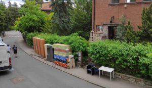 Vytěhovaný nábytek na chodníku před ubytovnou